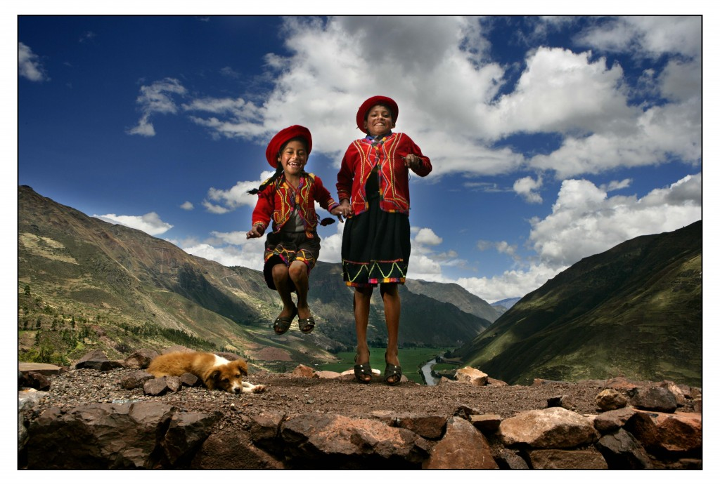 Peruvian children jumping with excitement! FOTOGRAAF ROBIN UTRECHT